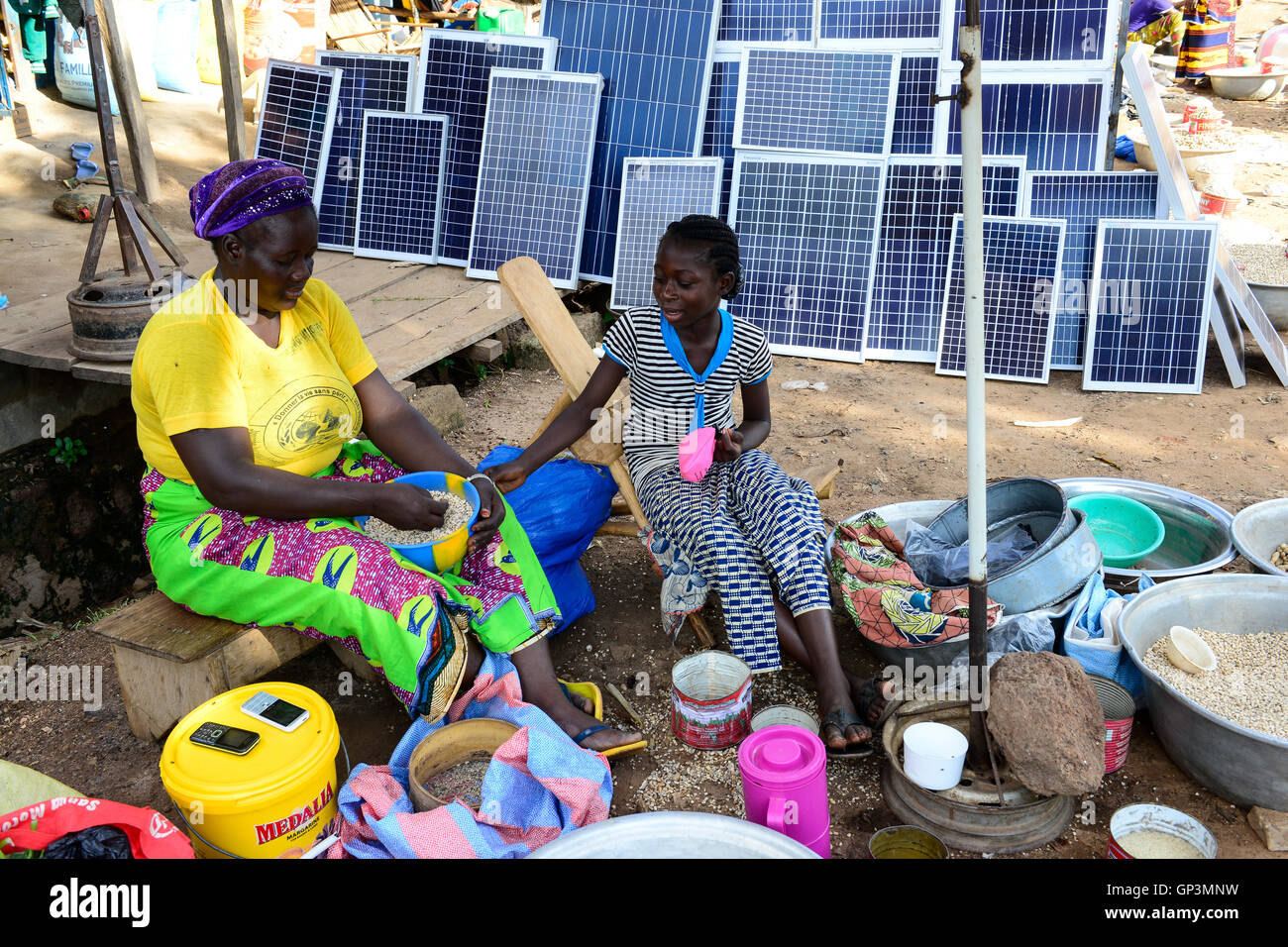 BURKINA FASO, Provinz Poni, Gaoua, weekly market with food crops and solar panels /Gaoua, Markt, Verkauf Erdnuesse, - Stock Image