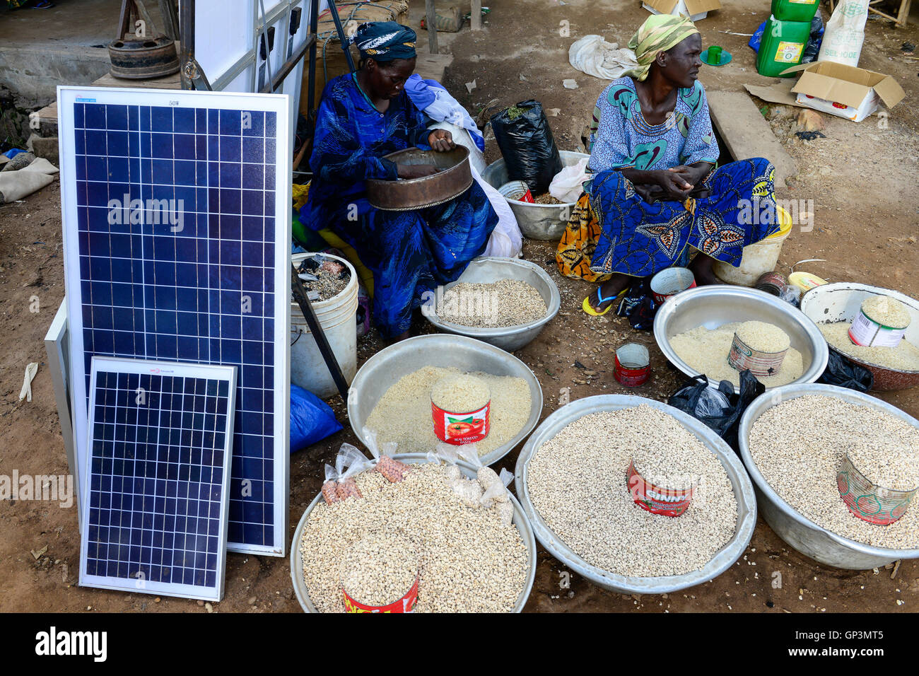 BURKINA FASO, Provinz Poni, Gaoua, weekly market with food crops and solar panels / Gaoua, Markt, Verkauf Bohnen, Stock Photo