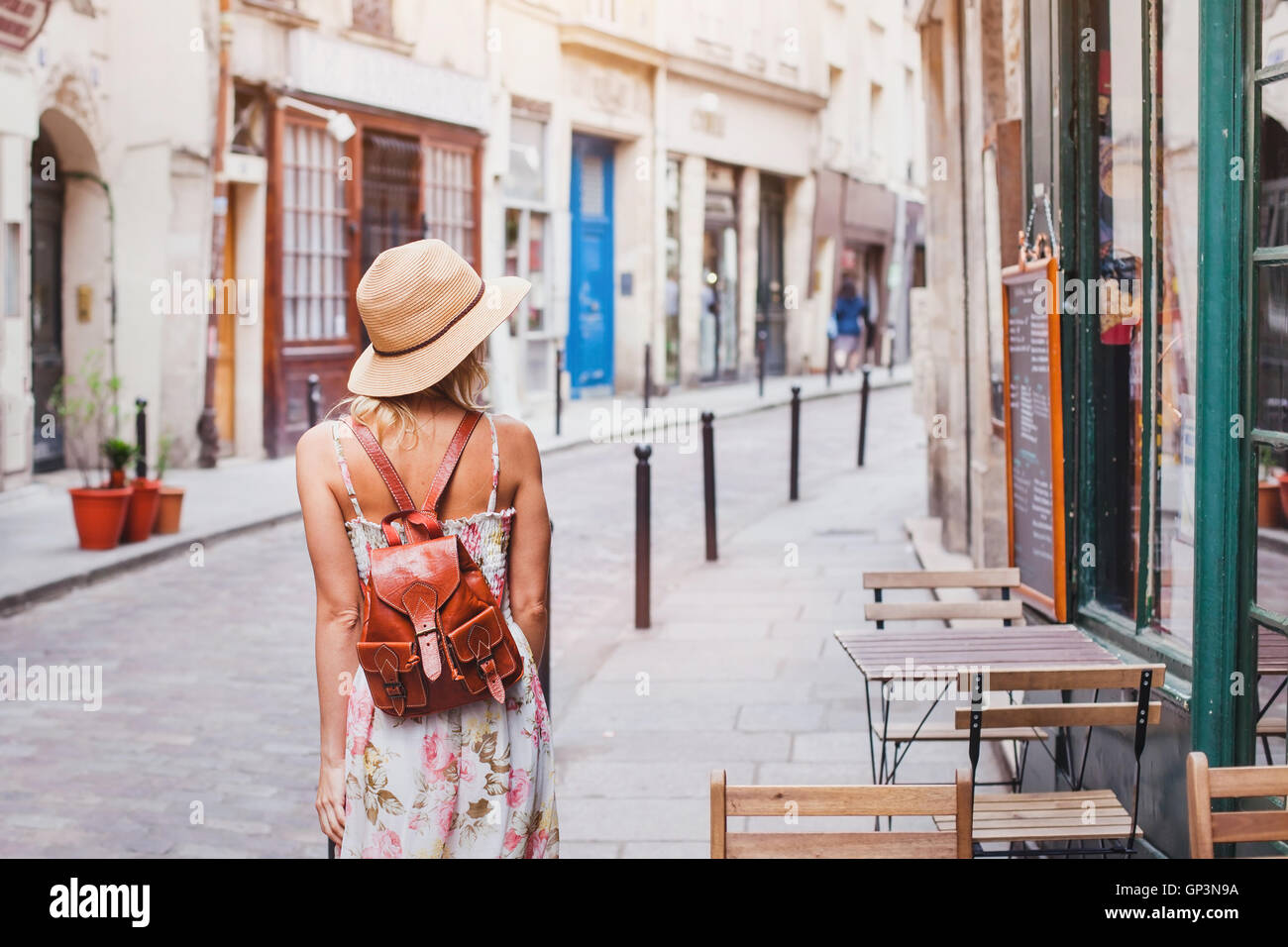 woman tourist on the street, summer fashion style, travel to Europe - Stock Image