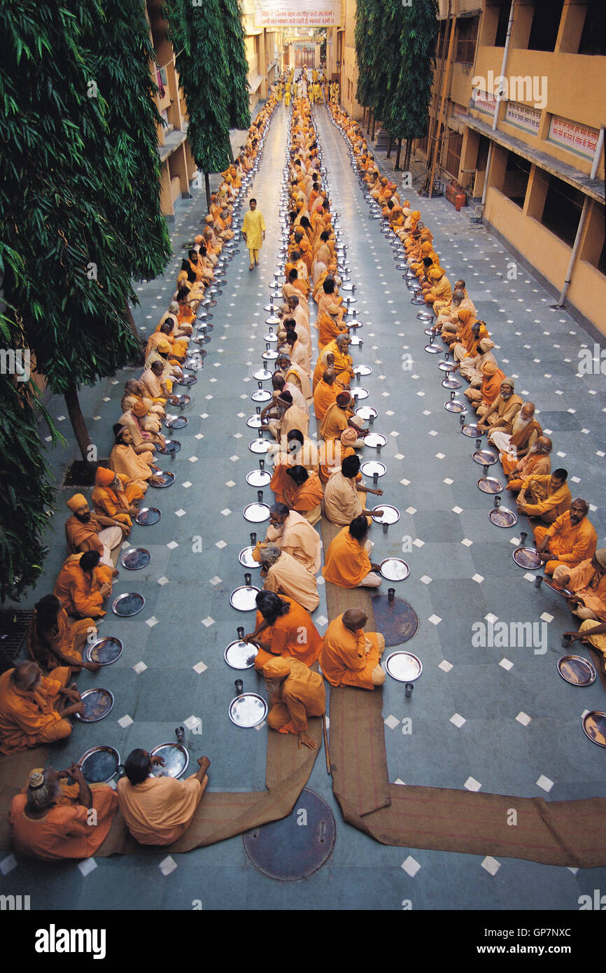 Sadhus and saints evening meal gita kutir, haridwar, uttaranchal, india, asia - Stock Image