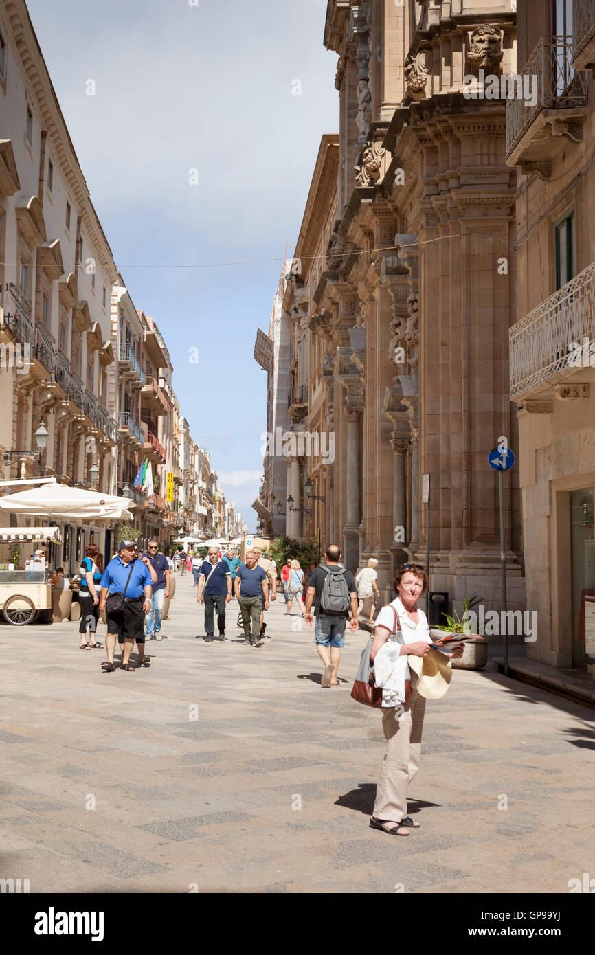Tourists in corso vittorio emanuele trapani sicily for Corso arredatore d interni catania