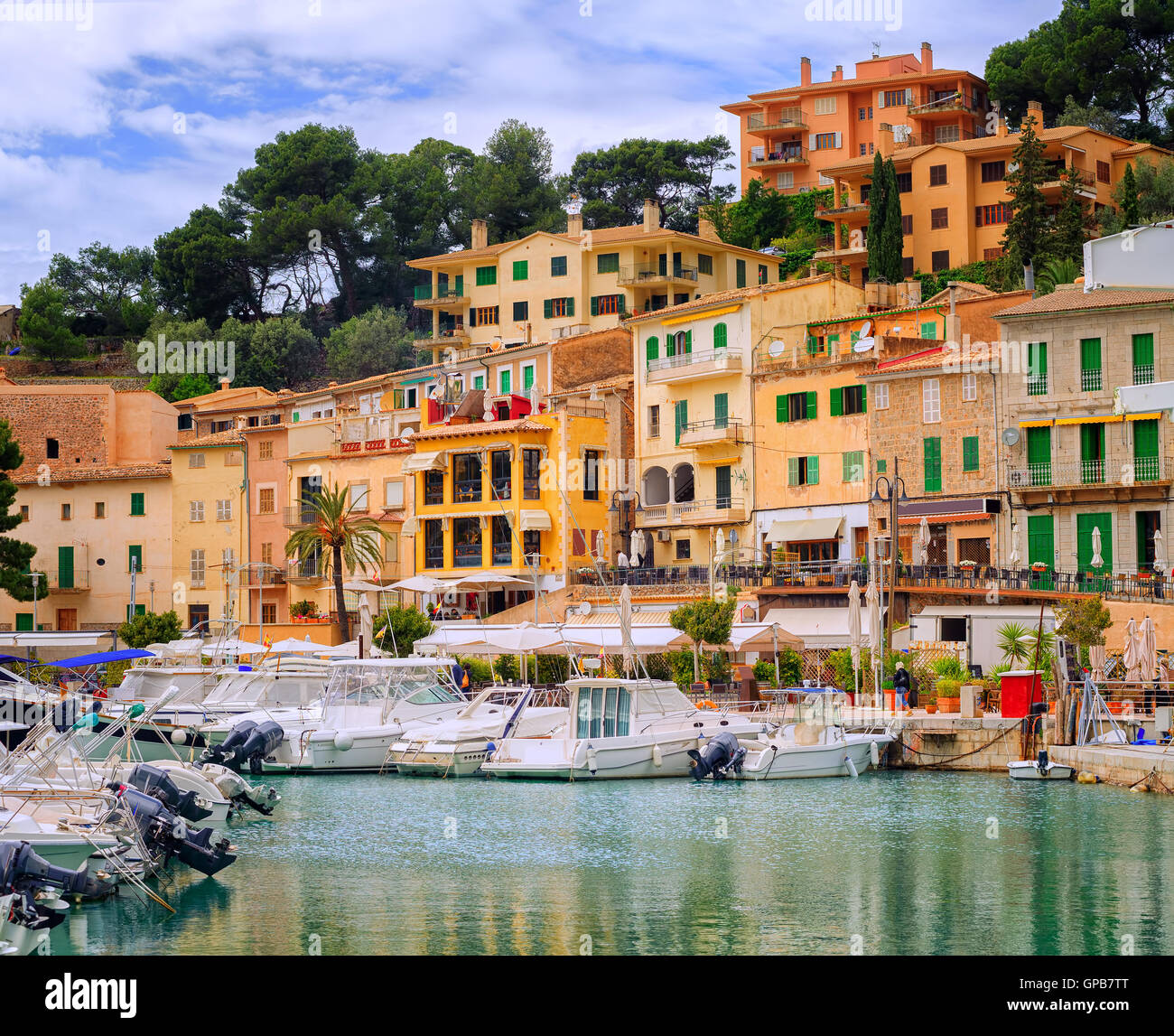 Motor boats and traditional waterside houses in Puerto Soller, Mallorca, Spain - Stock Image