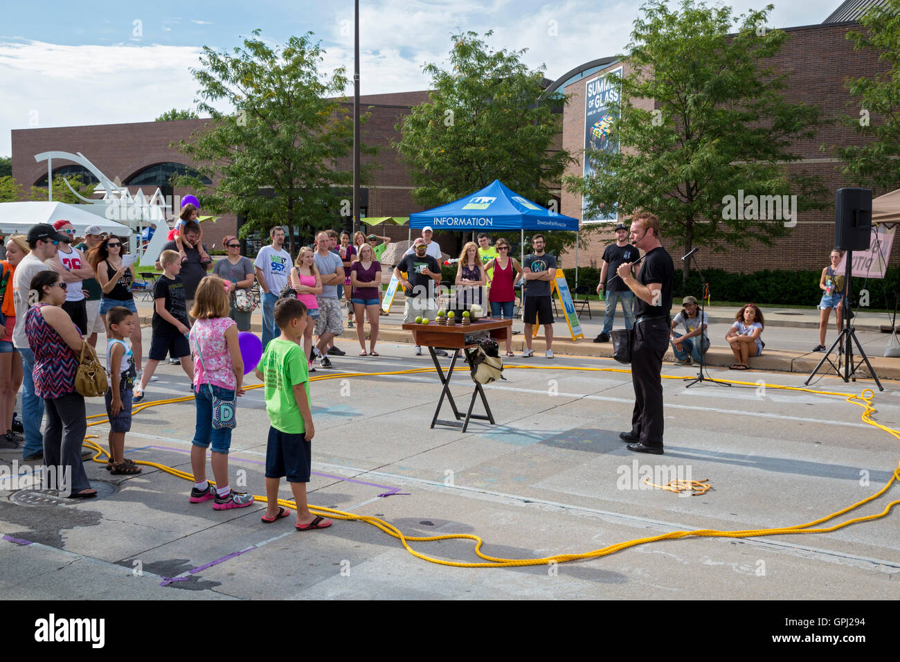 Fort Wayne, Indiana - The 'Busker Pitch' at the Fort Wayne Taste of the Arts Festival. - Stock Image