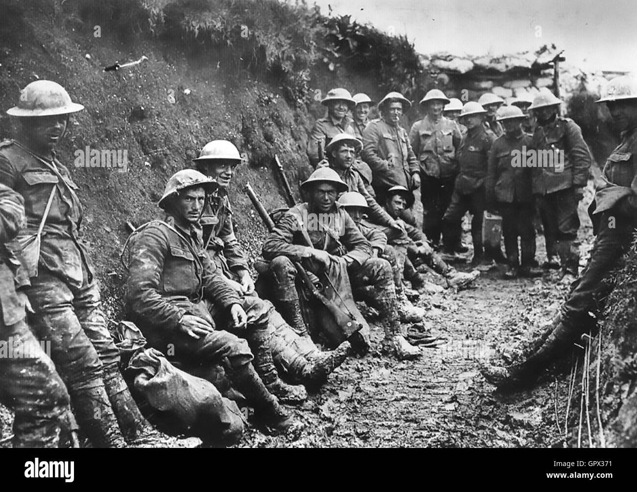 FIRST WORLD WAR A group of the Royal Irish Rifles in a wide supply trench at the Somme front in July 1916 - Stock Image