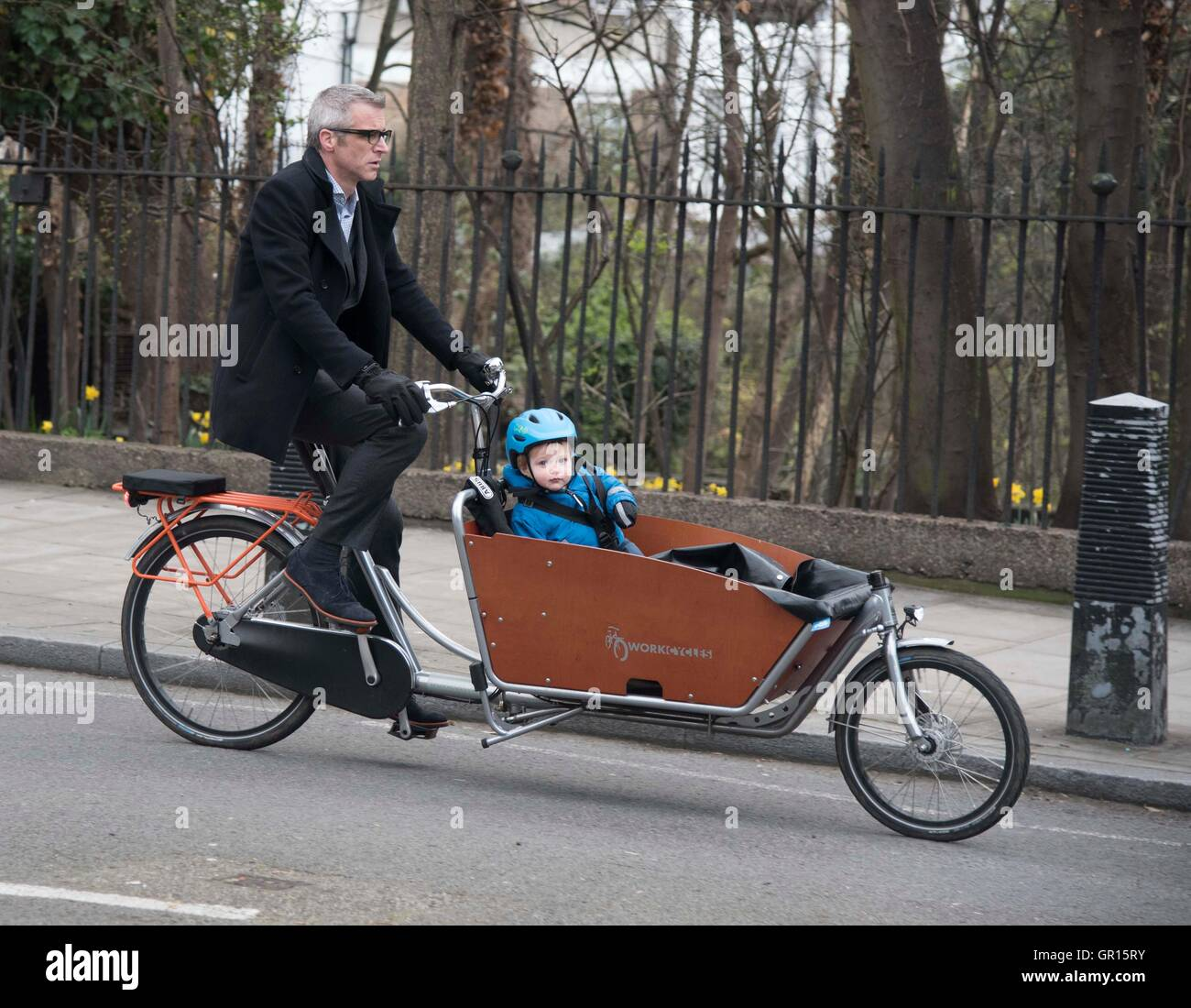 Cyclist cycle school run child seat bike safety - Stock Image