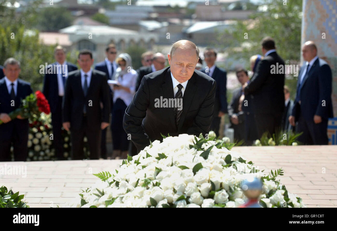 Samarkand, Uzbekistan. 6th September, 2016. Russian President Vladimir Putin places flowers at the grave of Uzbek - Stock Image