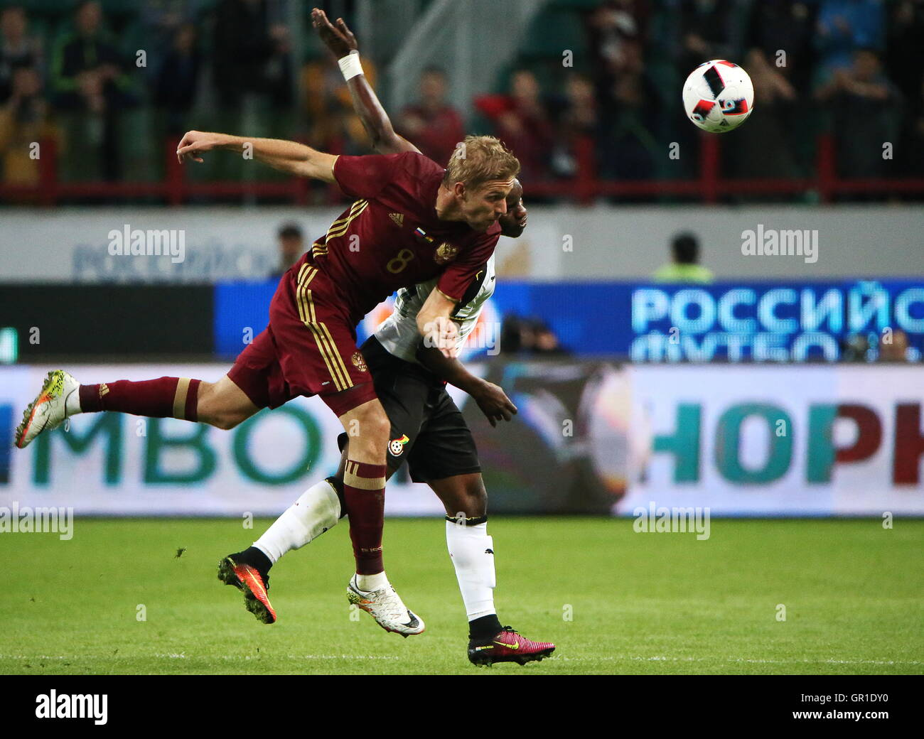 Moscow, Russia. 6th September, 2016. Russia's Yuri Gazinsky (L) and Ghana's Frank Acheampong fight for the - Stock Image