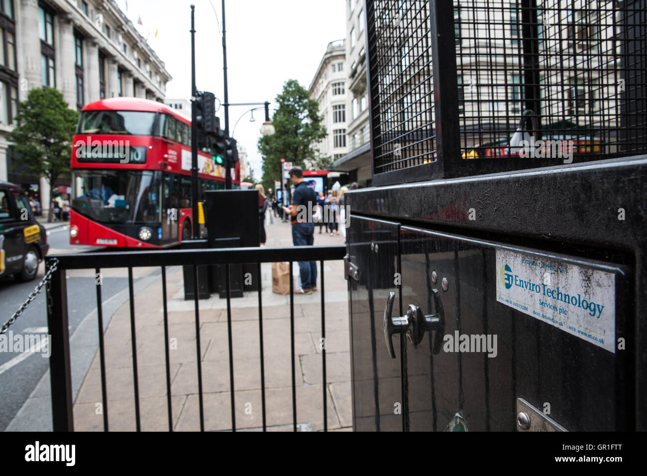 London, UK. 6th September, 2016. A double-decker bus passes an air quality monitor in Oxford Street. The London - Stock Image