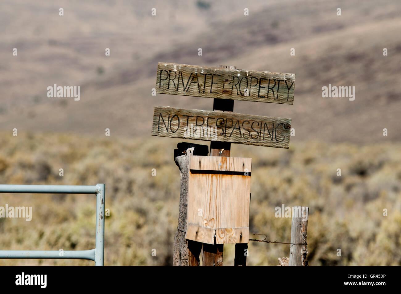 No trespassing sign blocking access to public land; Steens Mountain, Oregon - Stock Image