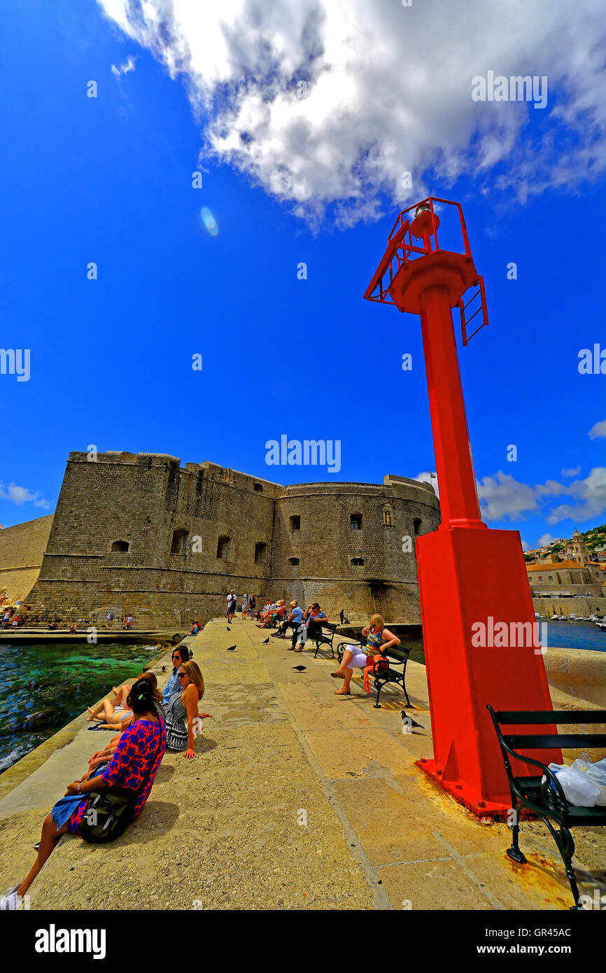 Croatia Dubrovnik ancient harbour wall and guiding light - Stock Image