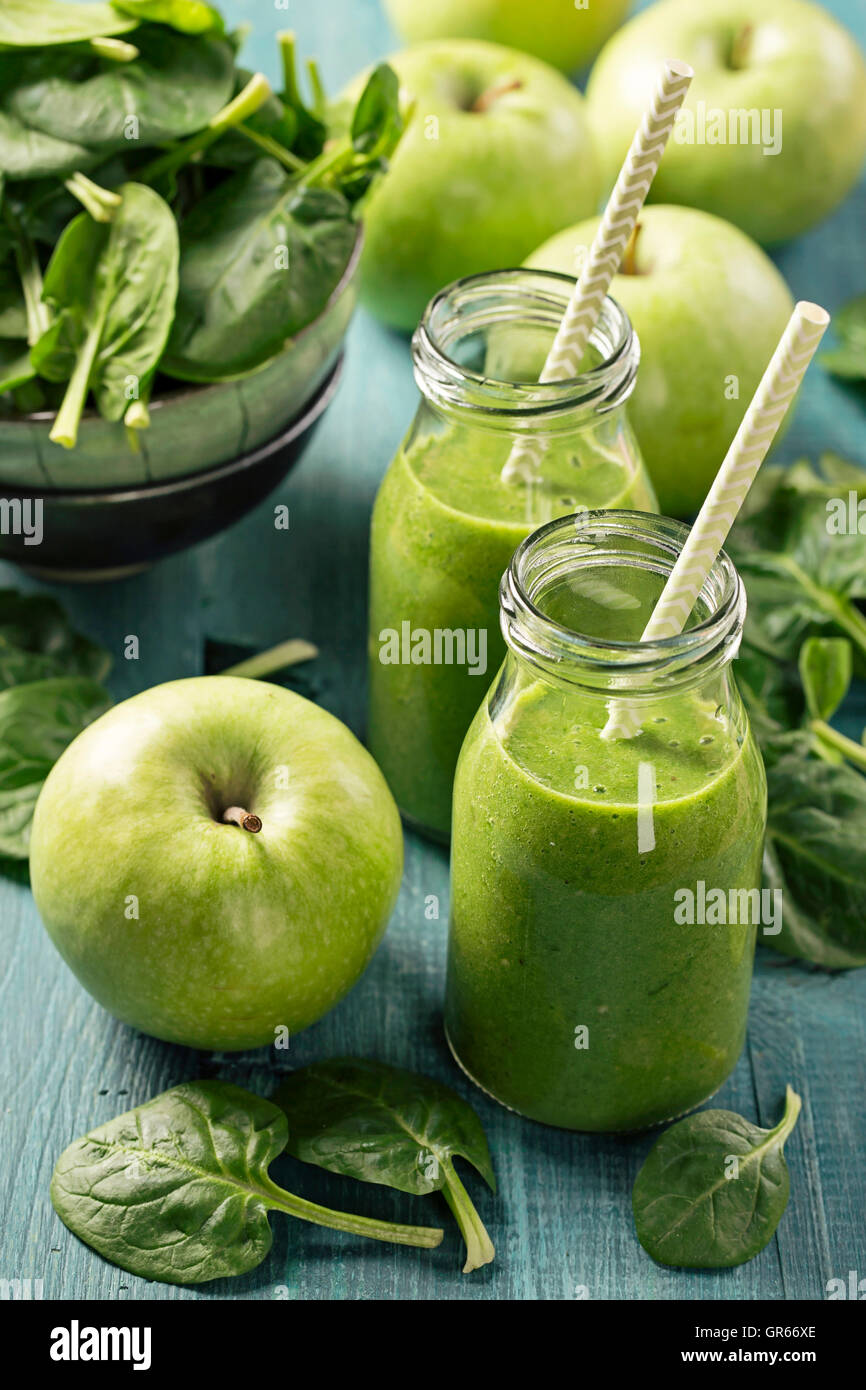Green smoothie with spinach and apples in glass - Stock Image