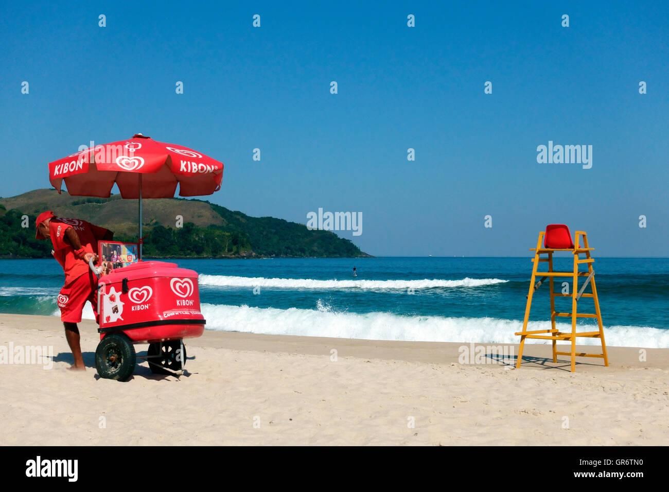 Ice cream seller on Maresias beach in Brazil - Stock Image