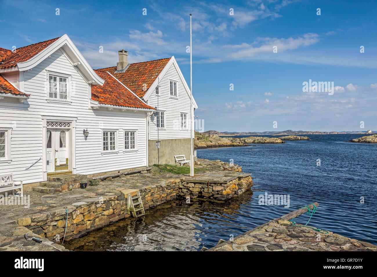 Der Kleine Idyllische Ort Mit Seinen Weissen Holzhäusern Ist Immer Einen Besuch Wert - Stock Image