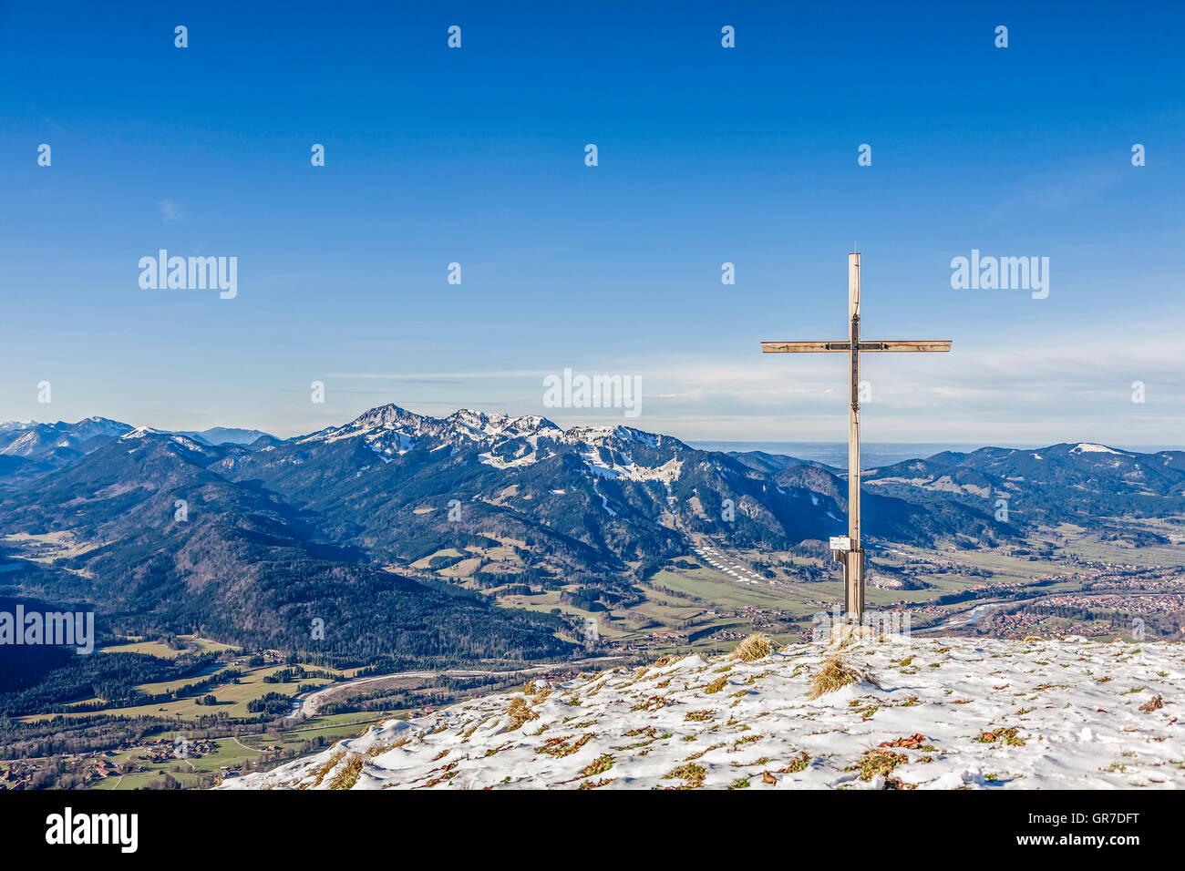 Von Hier Kann Man Einen Herrlichen Blick Auf Brauneck, Benediktenwand Und Lenggries Geniessen Stock Photo