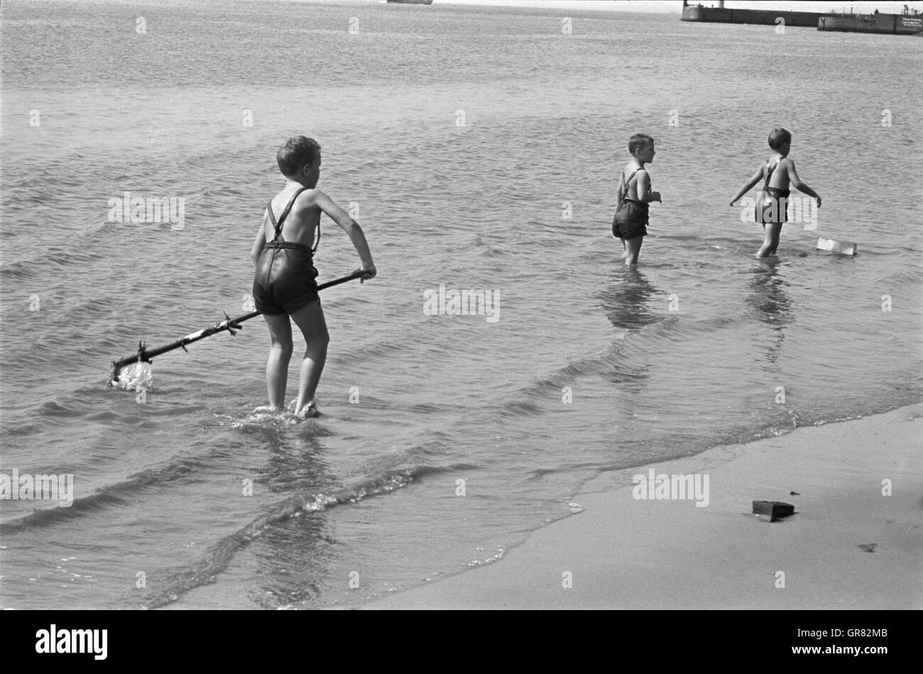 Child Playing In The Sand 1970 Bw - Stock Image