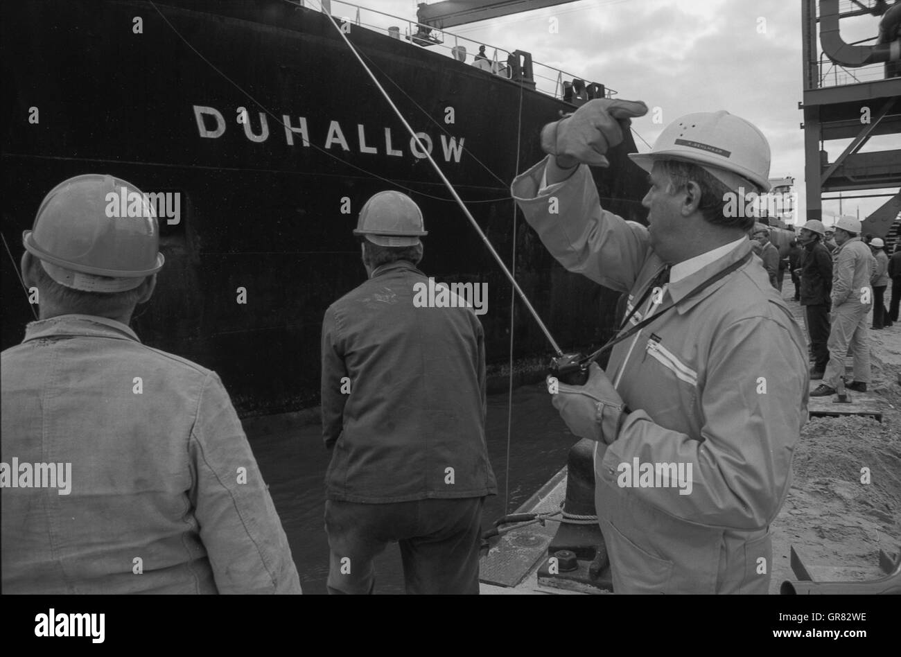 Bulk Carrier Ship Black and White Stock Photos & Images - Alamy
