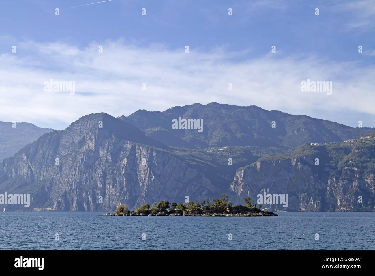 Kleines Idyllisches Eiland Vor Malcesine - Stock Image