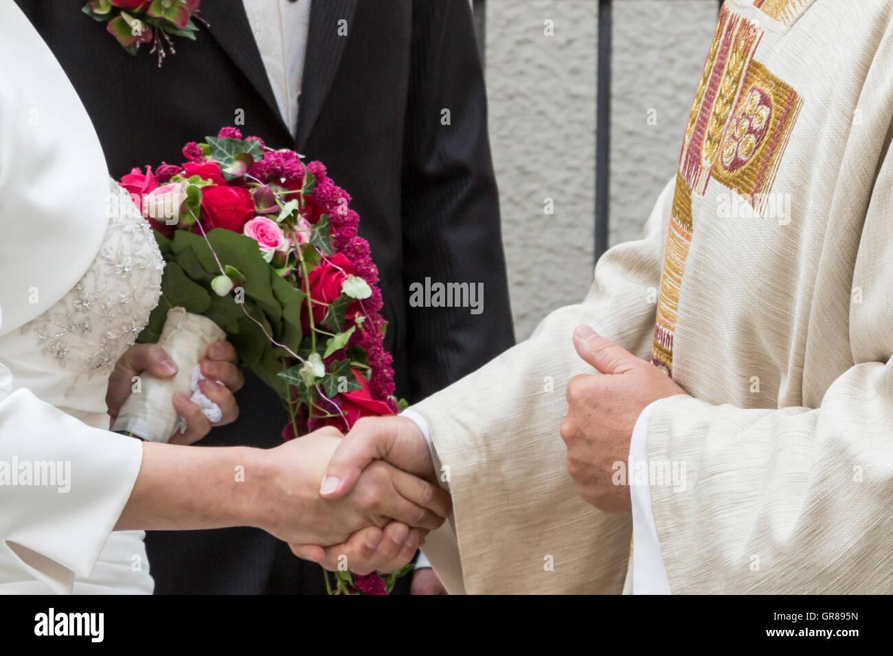 Glã Ckwunsch Des Priesters An Das Hochzeitspaar - Stock Image