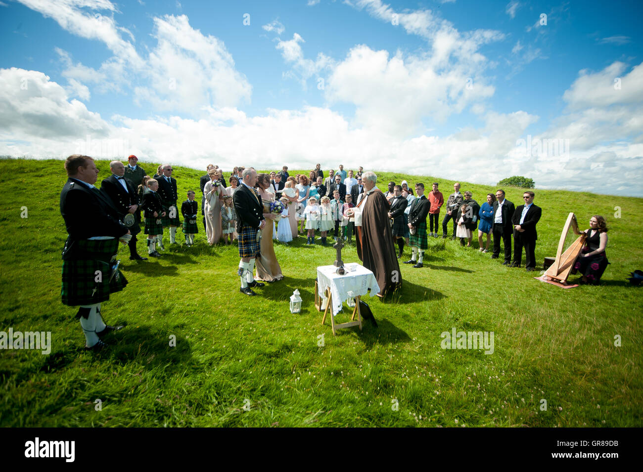 A couple during their wedding ceremony in Ireland on the Hill of Tara - Stock Image