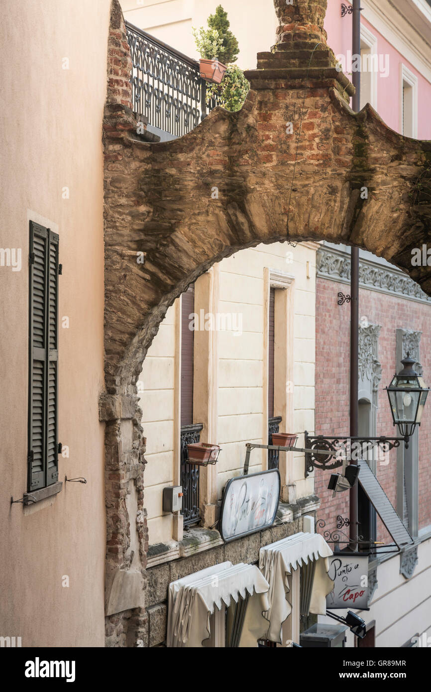 Detailed View Of An Alley With Archway In Acqui Terme - Stock Image