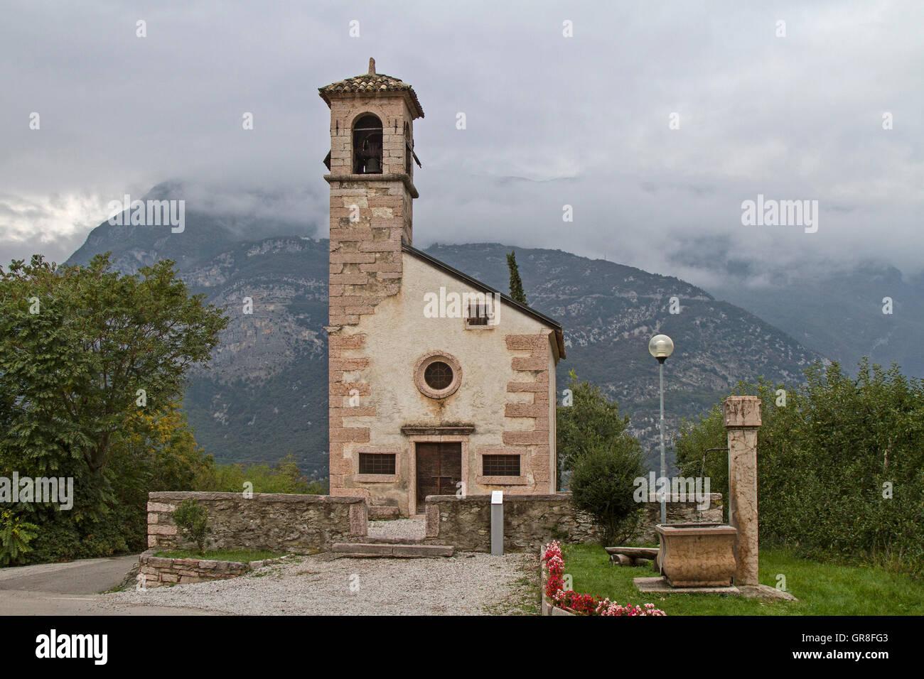 Idyllische Kleine Kirche In Calavino Im Val Cavedine Stock Photo