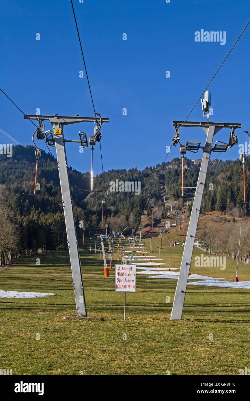 Vergeblicher Kampf Vieler Schneekanonen Am Brauneck Bei Frühlingshaften Temperaturen - Stock Image