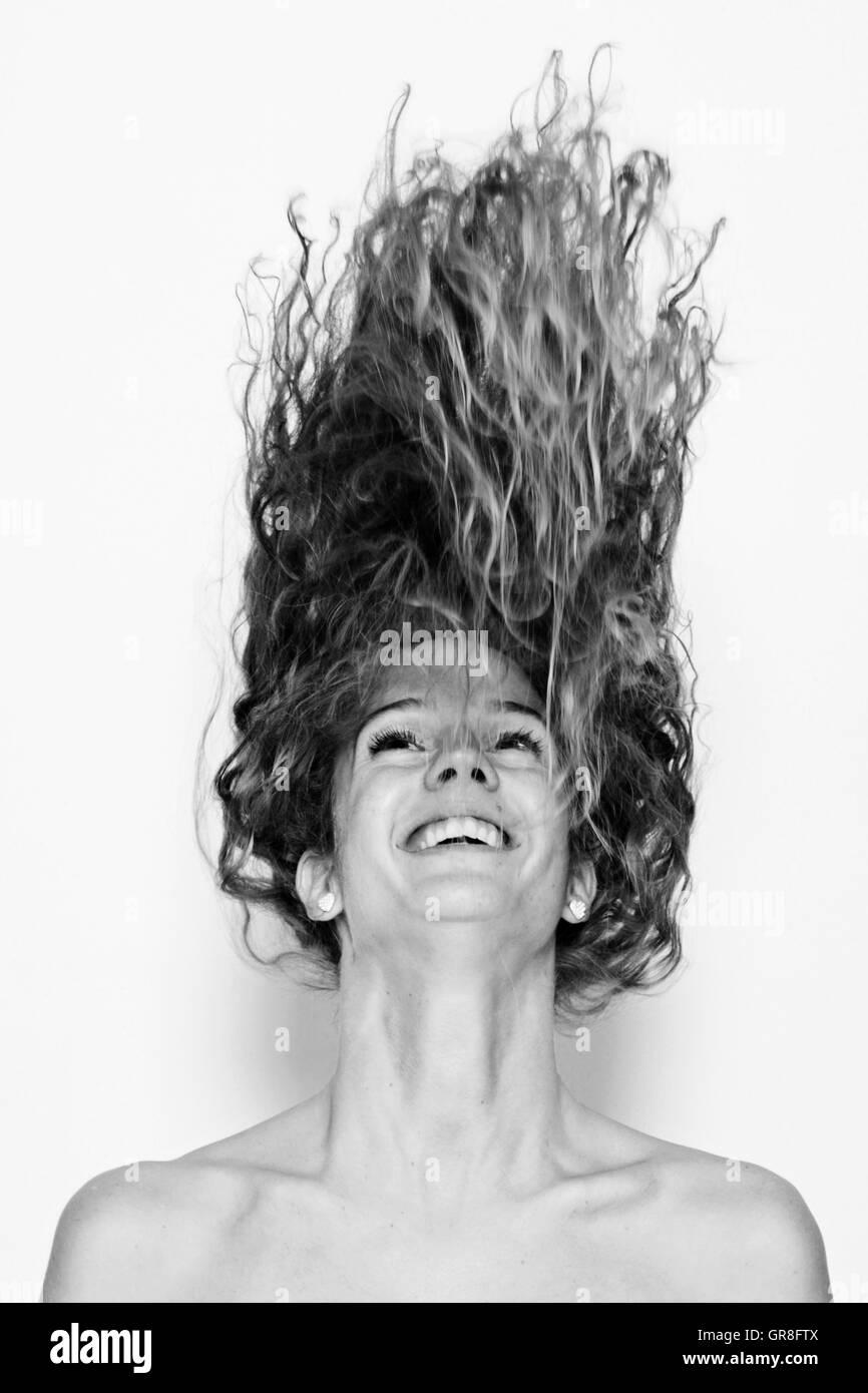 Junge Temperamentvolle Frau Lässt Ihre Haare Fliegen - Stock Image