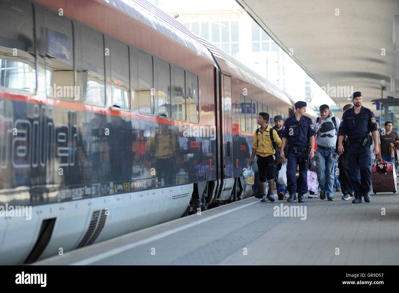 Syrian Refugees At The Westbahnhof In Vienna. - Stock Image