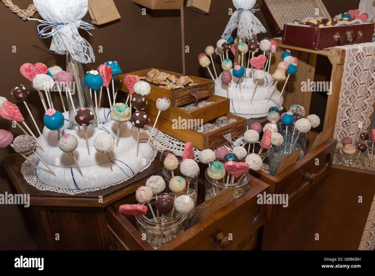 Zahlreiche Bunte Kuchen Am Stiel - Stock Image