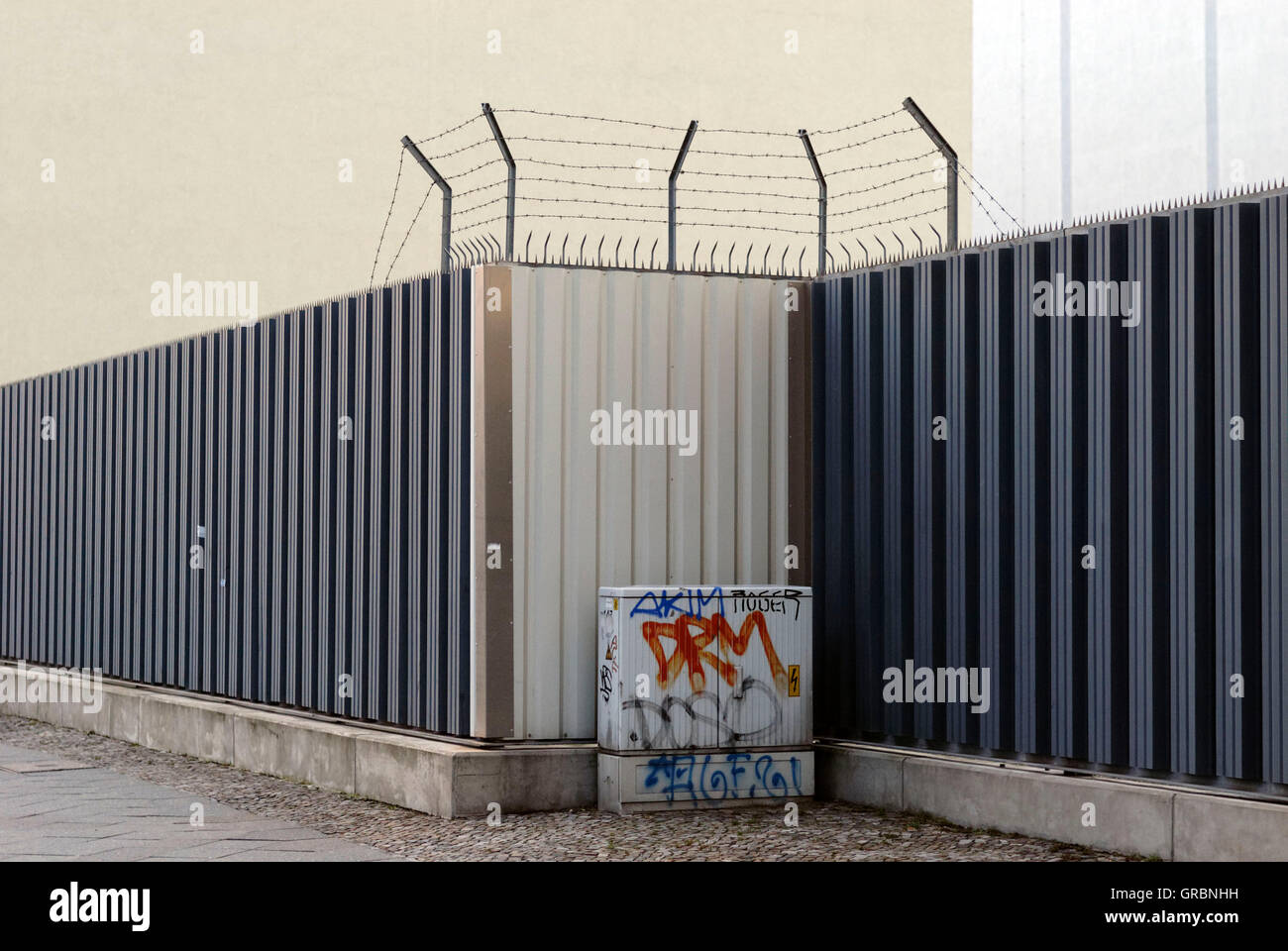 Fence With Barbed Wire On Top Stock Photo: 117657725 - Alamy