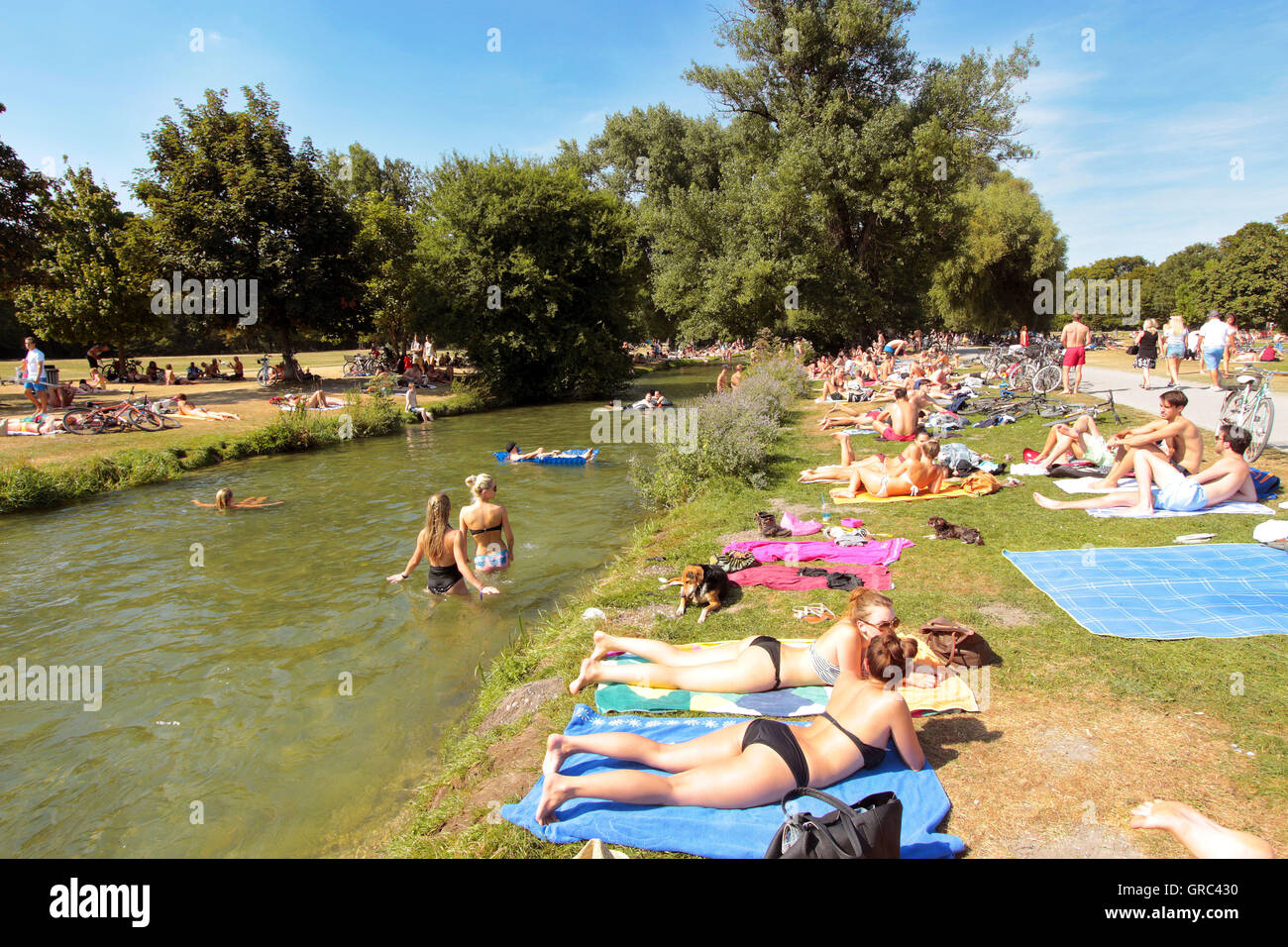 Crowded Lawn During Heat Wave At Englischer Garten In Munich - Stock Image