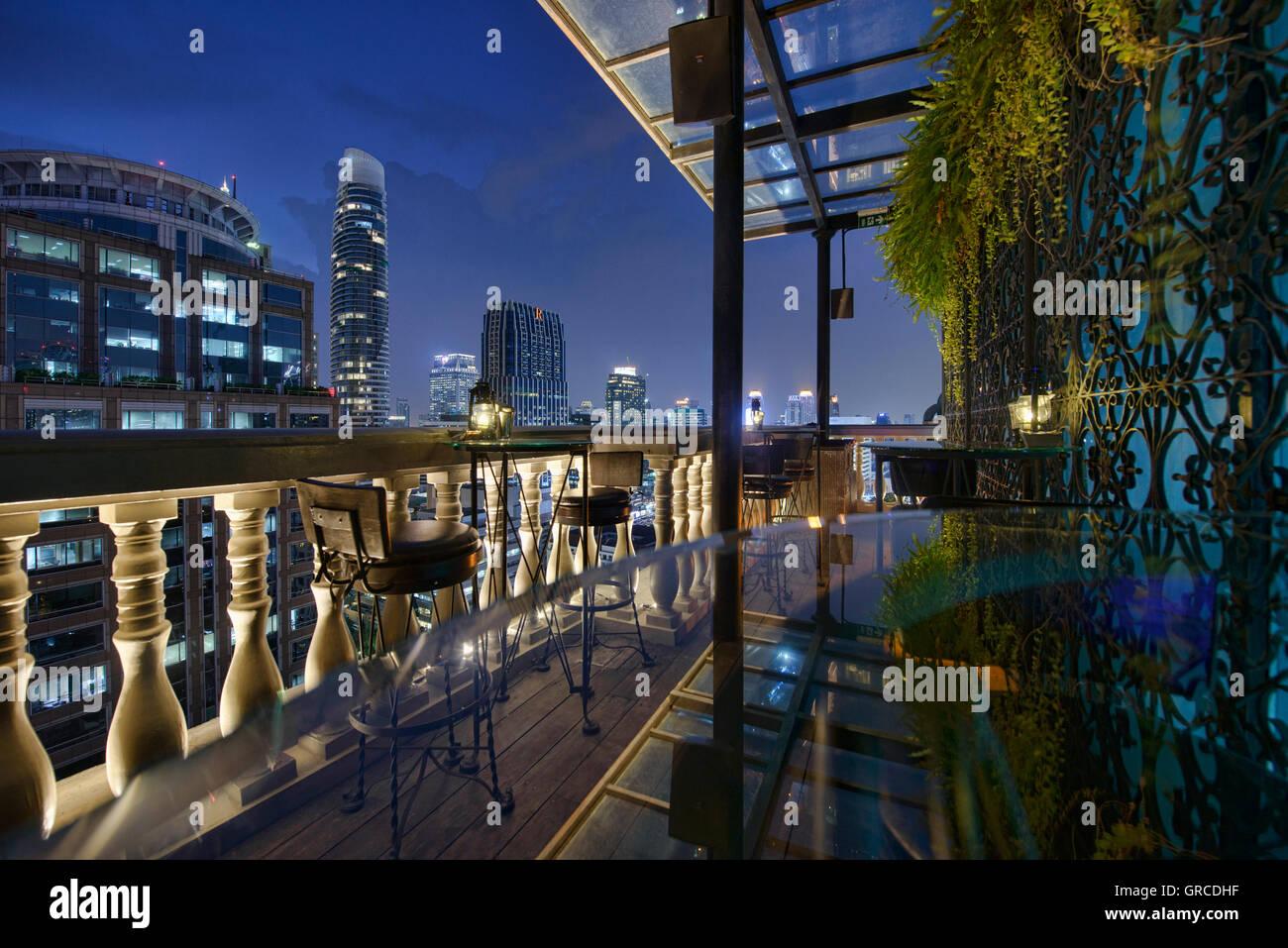 Enjoying the night at a bar in Bangkok, Thailand - Stock Image