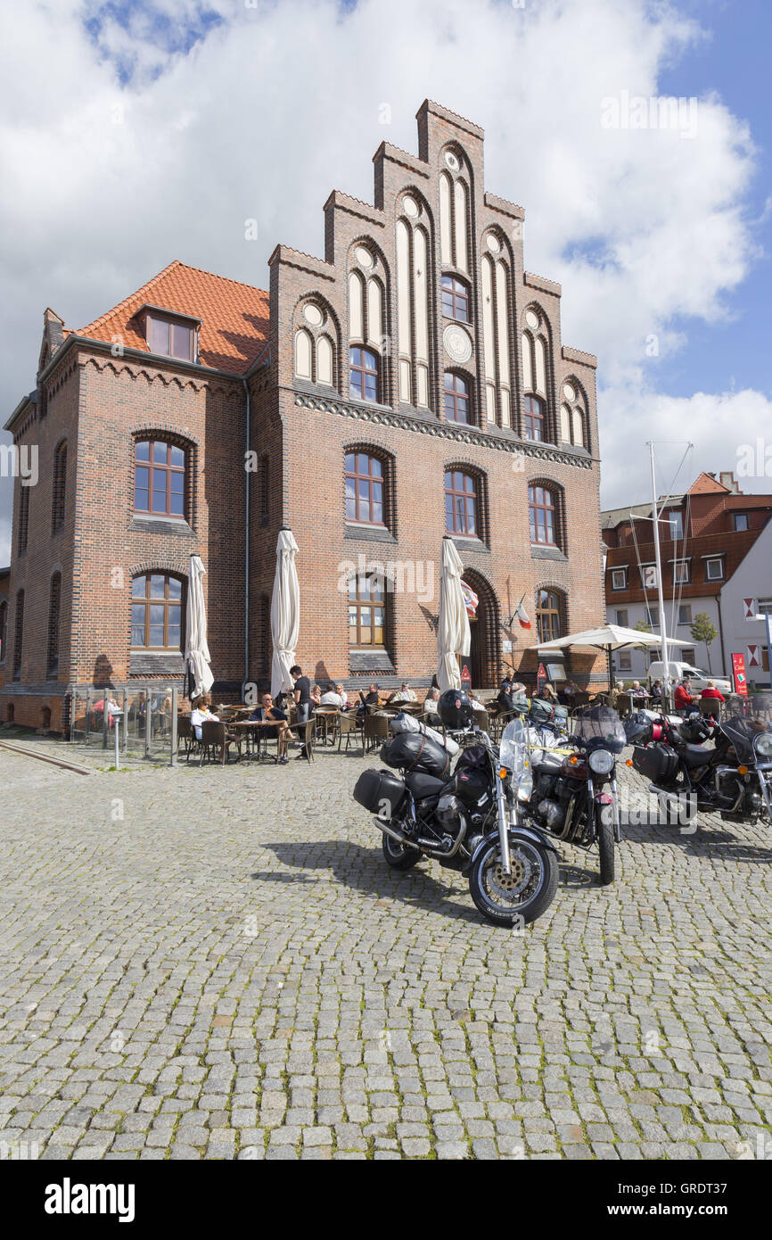 Motorcycles Of Guests In Front Of A Cafe In The Port Of Wismar Mecklenburg-Vorpommern - Stock Image