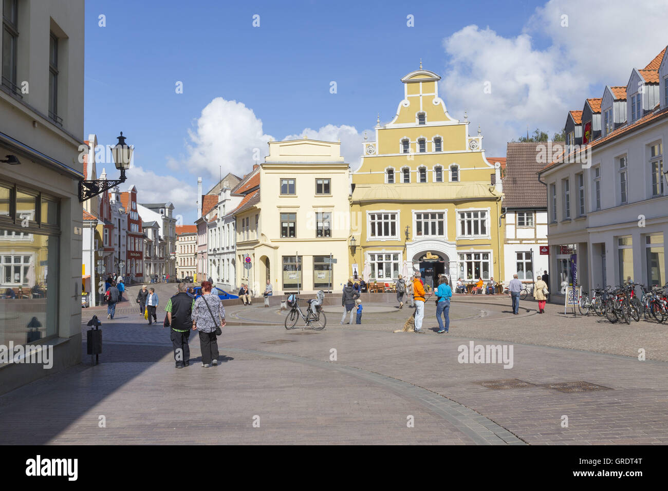 Crossroads With Plaza And Fountain In The Center Of Wismar Mecklenburg-Vorpommern - Stock Image