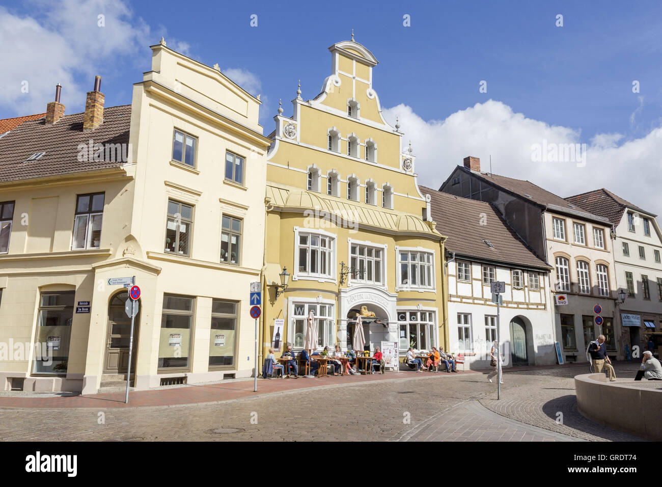 Café In Front Of A Yellow House In Wismar Mecklenburg-Vorpommern - Stock Image