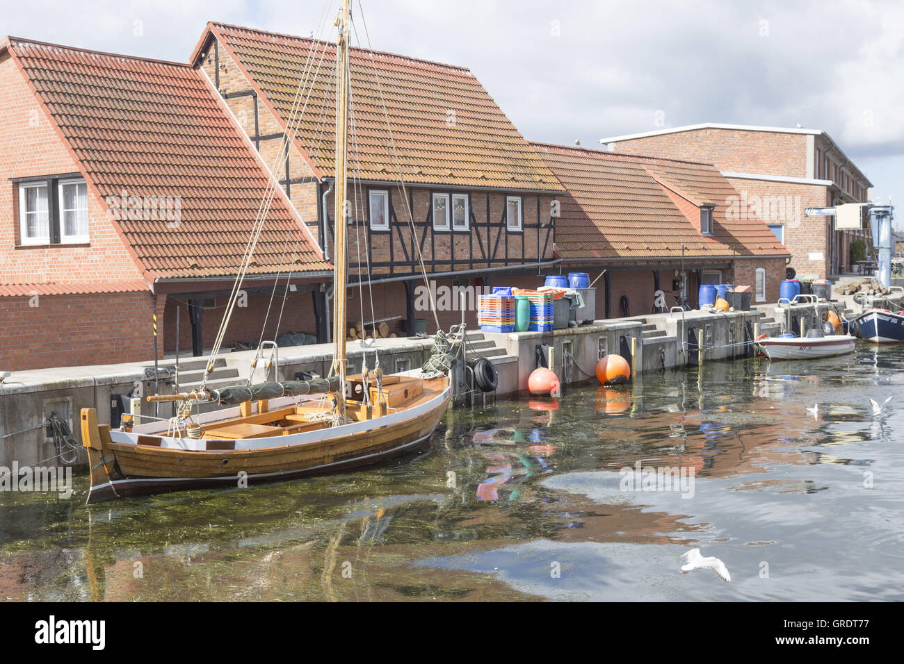 Sailing Cutter With Wooden Mast In The Old Port Of Wismar Mecklenburg-Vorpommern - Stock Image