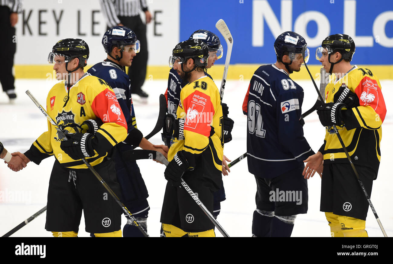 Ostrava, Czech Republic. 07th Sep, 2016. Vitkovice, in black, Krefeld players shake hands after the Champions Ice Stock Photo