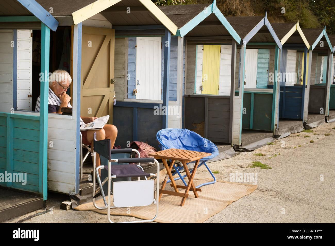 Swanpool Beach, Falmouth, UK. 8th September, 2016. Man enjoying reading the paper in the September sunshine from - Stock Image