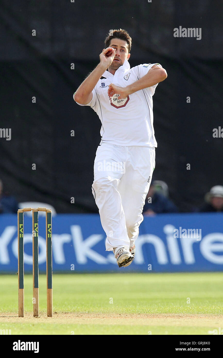Tim Groenewald in bowling action for Derbyshire - Derbyshire CCC vs Essex CCC - LV County Championship Division - Stock Image