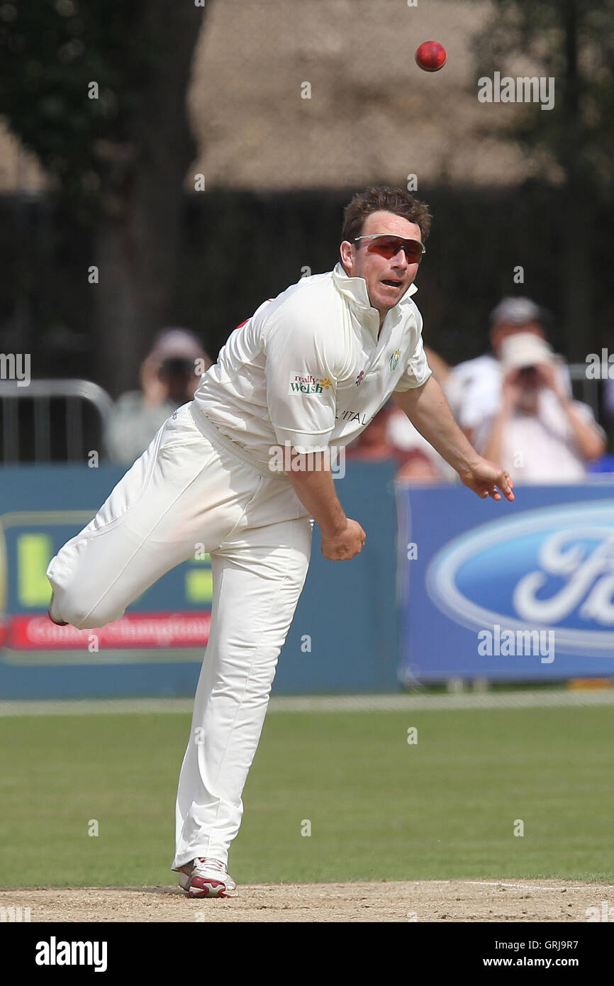 Robert Croft in bowling action for Glamorgan - Essex CCC vs Glamorgan CCC - LV County Championship Division Two - Stock Image