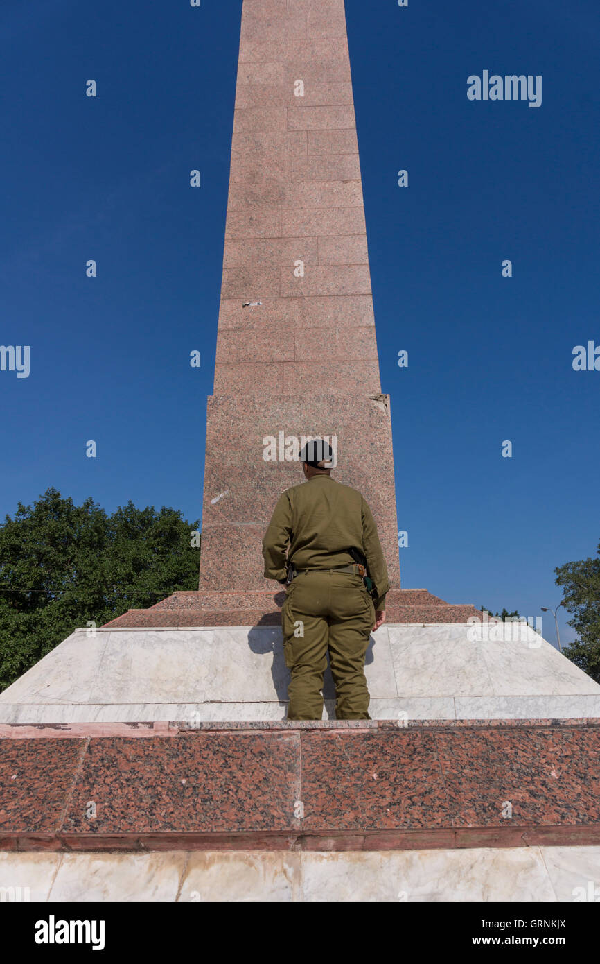Ashqelon, Israel. A Israeli officer stands in front of the Egyptian War Memorial, commemorating Egyptian soldiers - Stock Image
