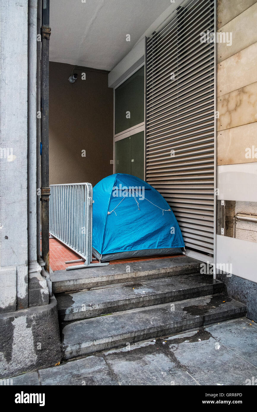 homeless persons tent sleeping place street shelter - Stock Image