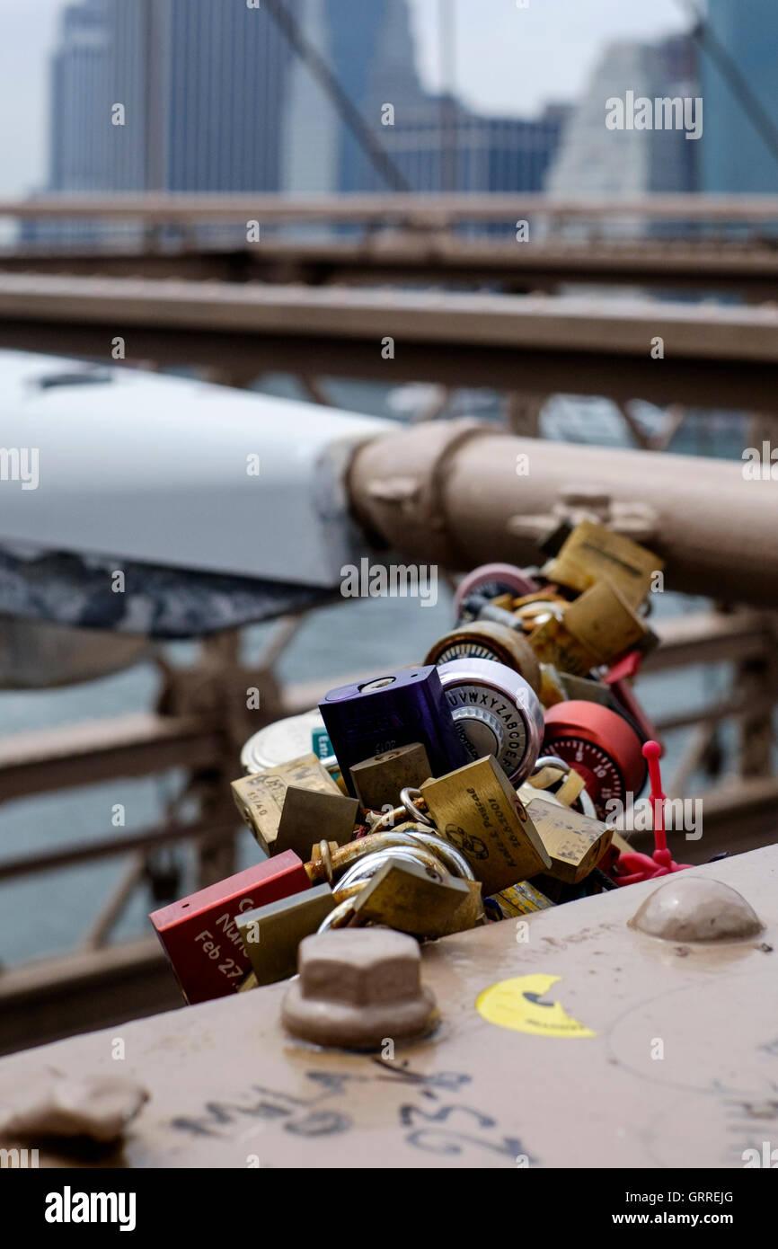 Mementos,  locks and headphones fixed to the Brooklyn Bridge - Stock Image