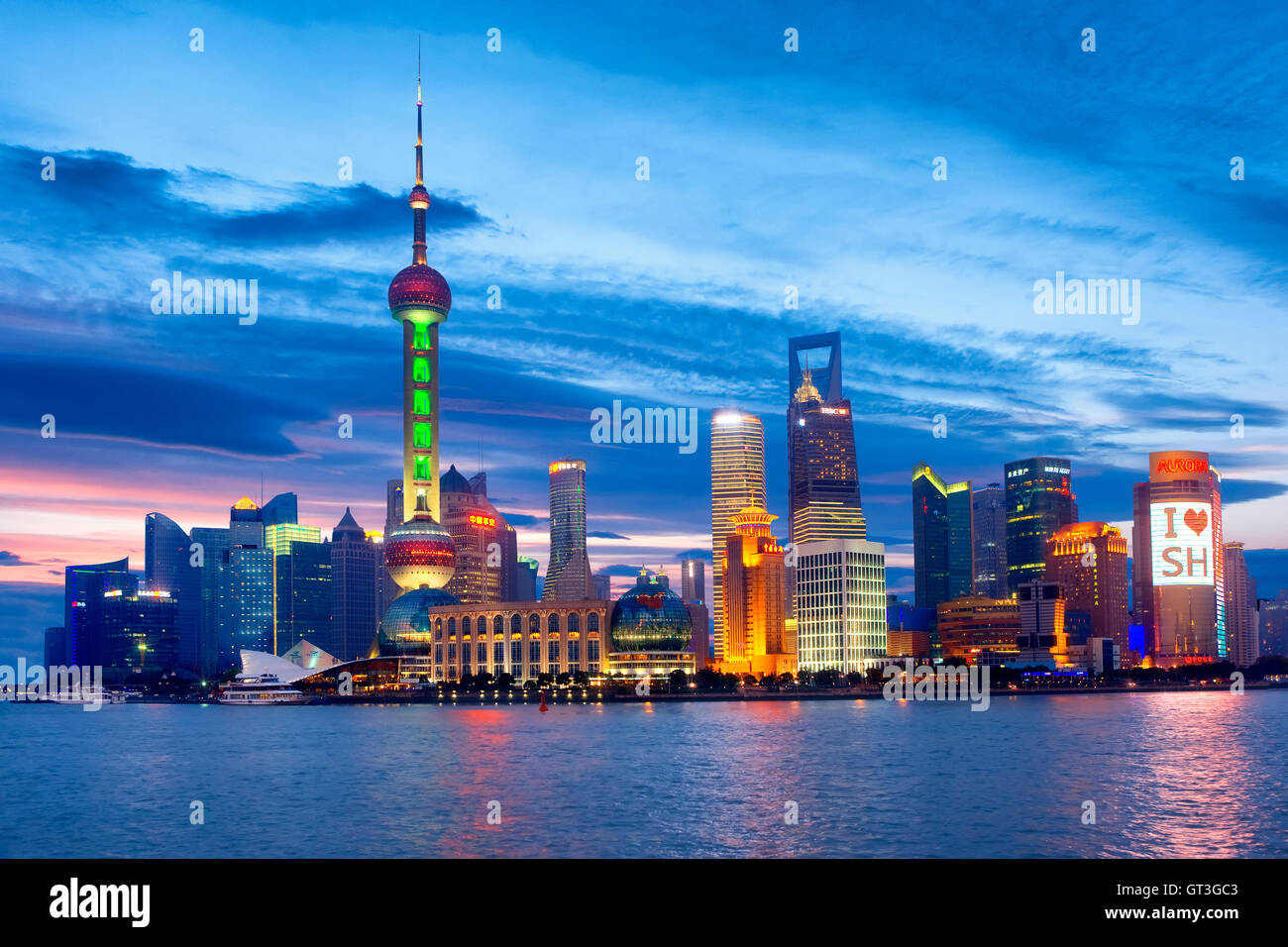 Pudong skyline at night in Shanghai - Stock Image