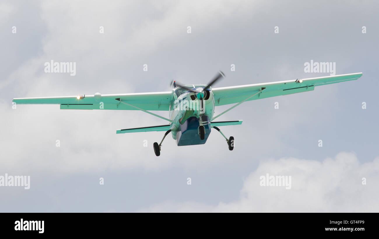 Small plane descending - Stock Image
