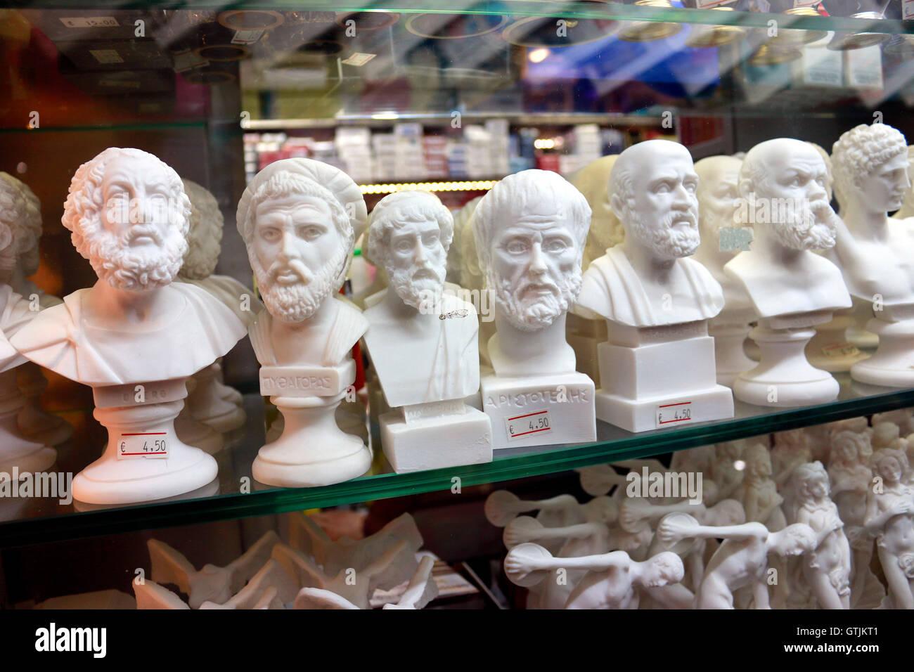 Souvenirs: Skulpturen mit den Buesten beruhmter griechischer Philosophen und Staatsmaenner der Antike, Athen, Griechenland. - Stock Image