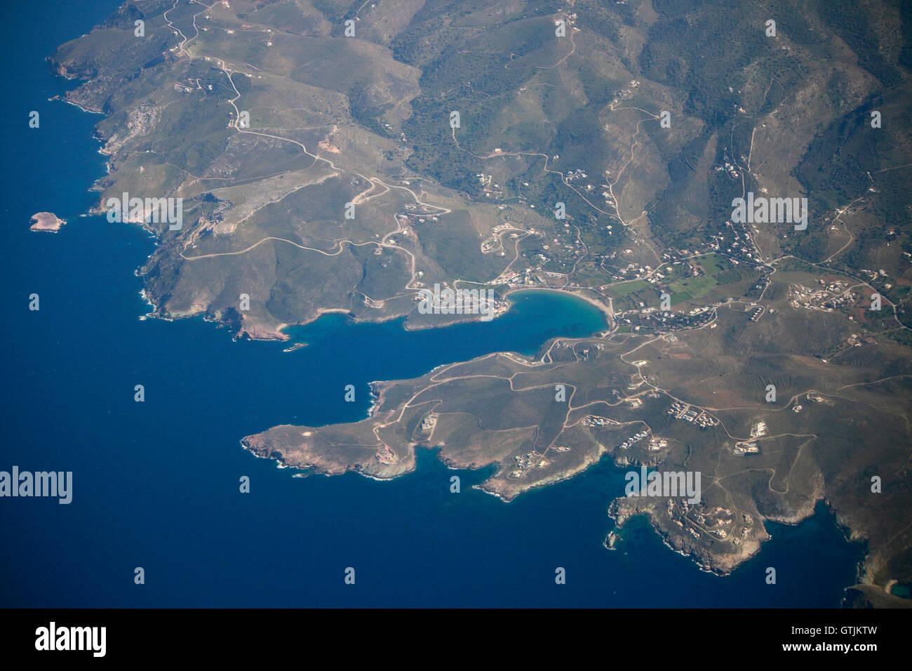 Blick aus einem Flugzeug auf eine griechische Kuestenlandschaft. - Stock Image