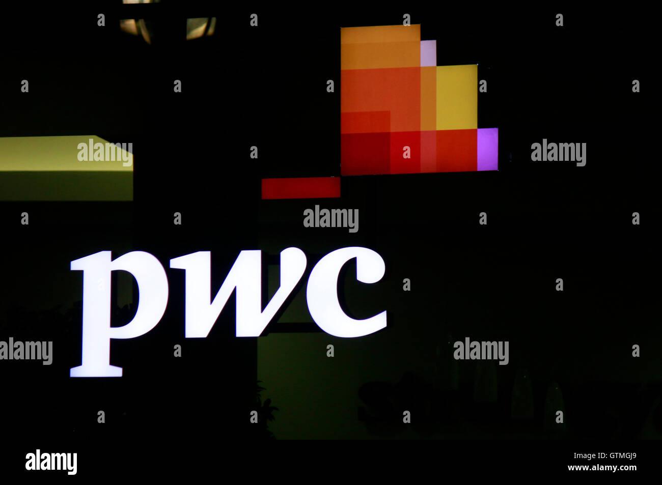 Logo der Marke 'pwc', Berlin. - Stock Image
