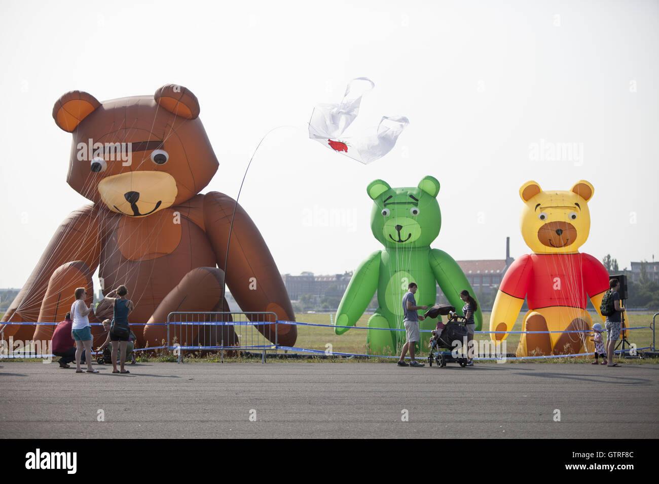 Berlin, Germany. 10th Sep, 2016. Kite festival at tempelhofer feld in Berlin. Credit:  Omer Messinger/ZUMA Wire/Alamy - Stock Image
