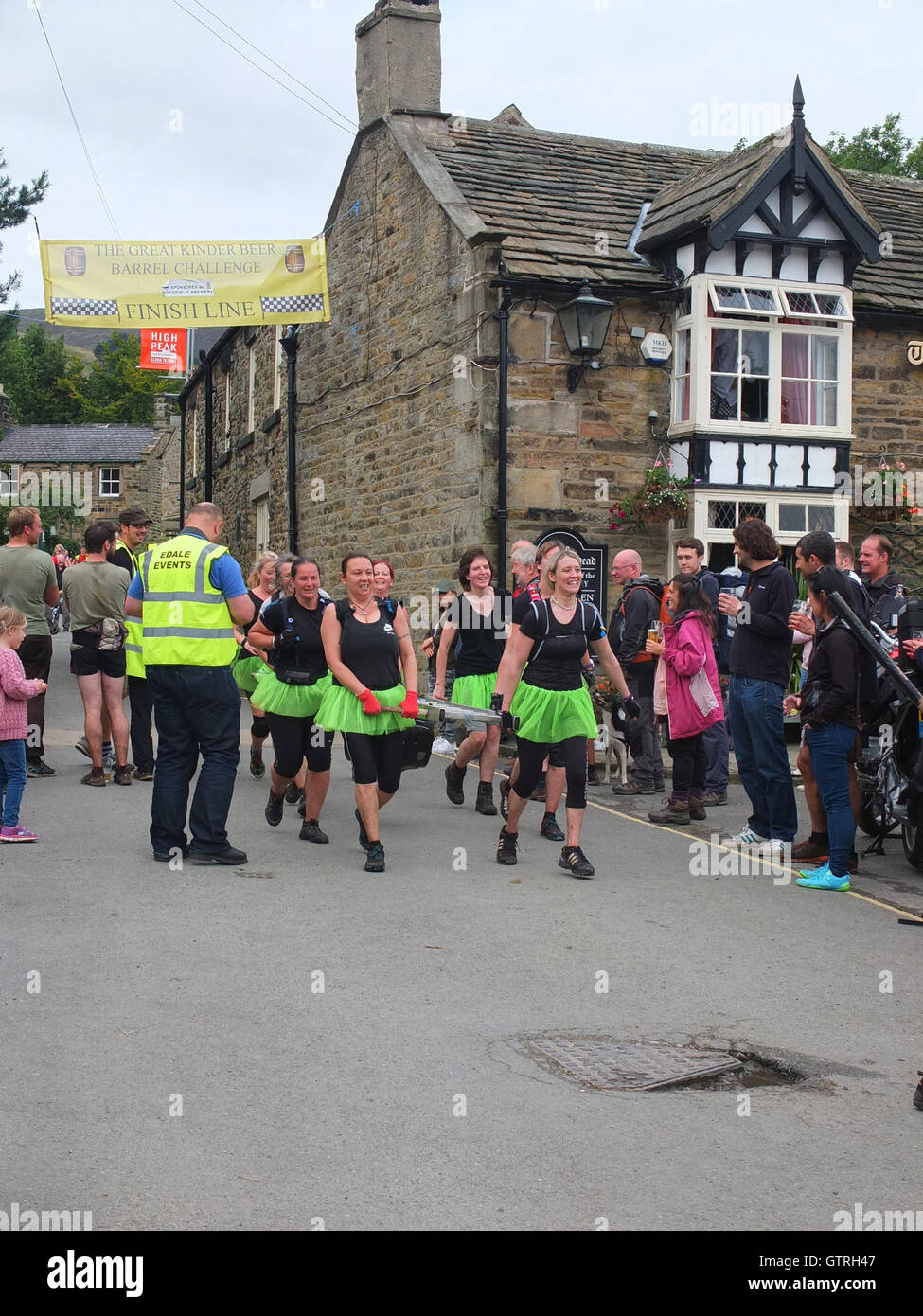 Edale, Derbyshire, UK. 10th September 2016. Competitors race in the annual Great Kinder Beer Barrel Challenge. Begun Stock Photo